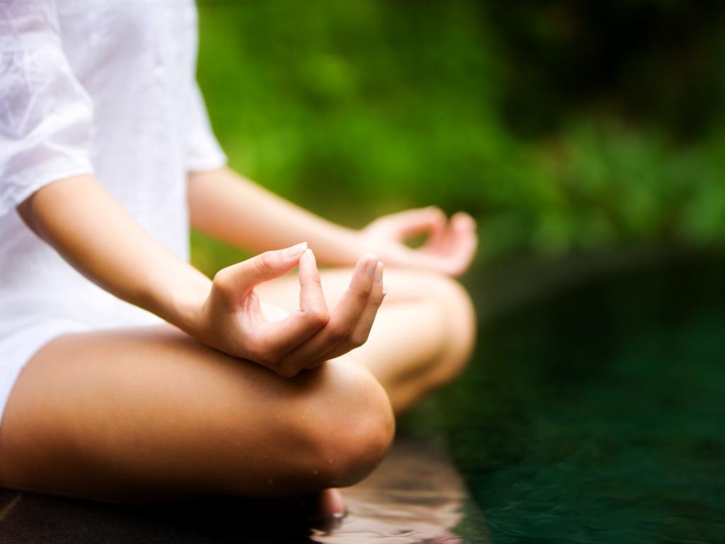 Resultado de imagen para chica meditando